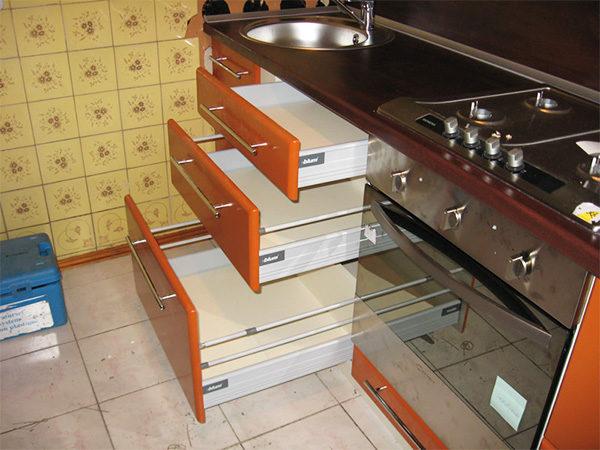 Выдвижные ящики для кухни подбираются индивидуально, исходя из размером помещения и целей заказчика