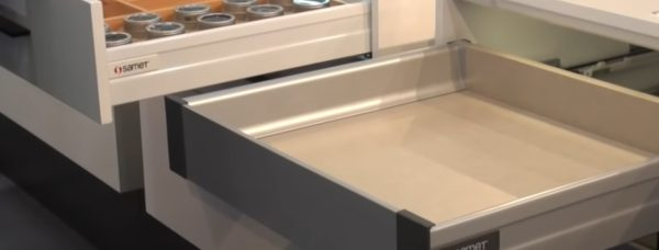 Ящик открыт, но металлических конструкций не видно