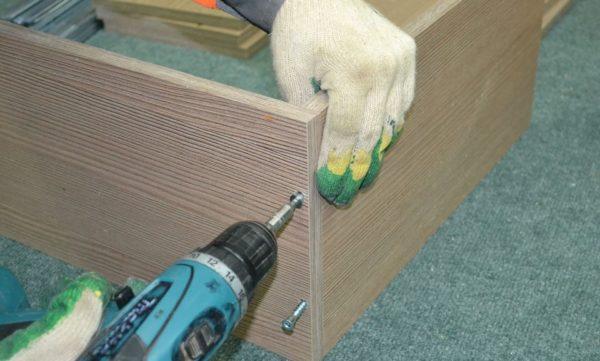 Заниматься сборкой ящика, составляющие которого были приобретены в мебельном магазине, значительно удобнее