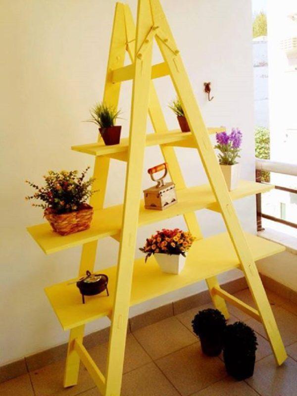 Из обычной деревянной стремянки можно сделать оригинальную и вместительную полку-стеллаж для цветов