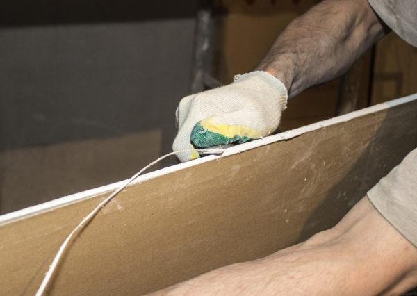 Убирают излишки материала по длине кромки