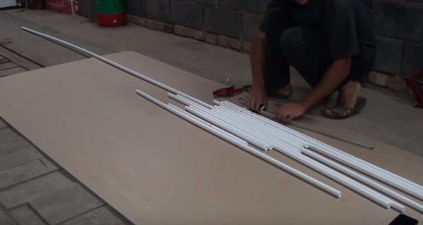 Для изготовления ширмы подойдут самые дешевые тонкие трубы