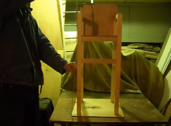 Простой стульчик из брусков для кормления
