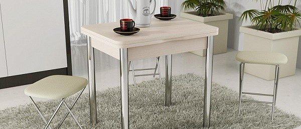 Стол с хромированными ножками станет изюминкой интерьера, несмотря на свою кажущуюся простоту