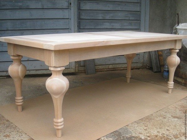 Классический вариант стола с деревянными ножками