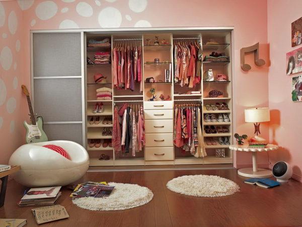 При обустройстве комнаты для девочки подростка необходимо предусмотреть наличие вместительного шкафа