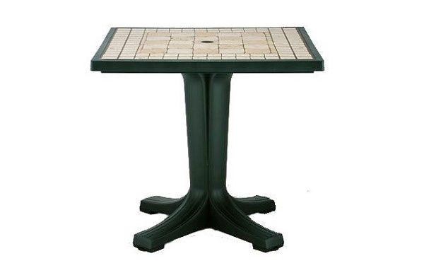 Пластиковые столы нередко устанавливают в сад или на террасу