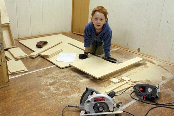 К работе по обшивке можно привлечь и будущего владельца домика