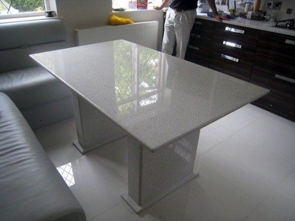 Позволить себе стол с каменными ножками может далеко не каждый человек