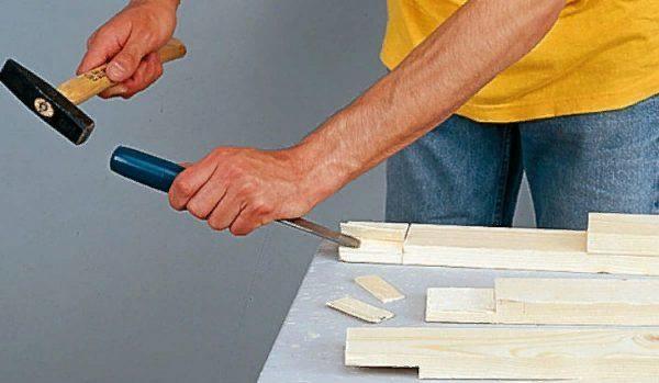 При работе соблюдайте осторожность, чтобы не попасть молотком по пальцам