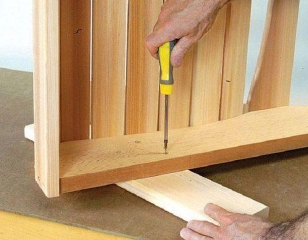 Торцевые части планок и противоположные концы ножек должны совпадать, что позволит получить правильное расположение конструкции