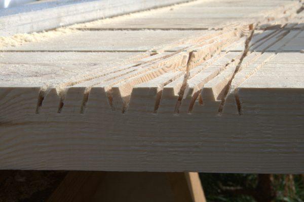 Дополнительные пропилы помогут быстрее удалить лишнюю древесину