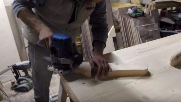Фрезером обрабатывают кромки деталей