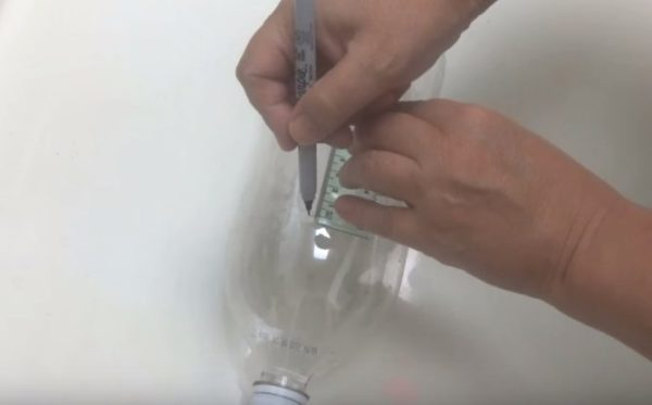 На бутылке проводят продольные линии через равные промежутки
