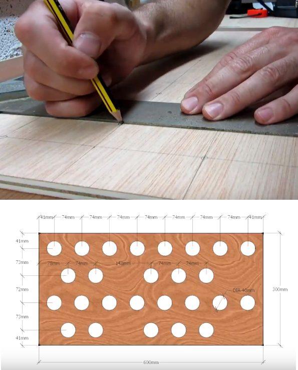 На деревянной основе делают разметку для труб