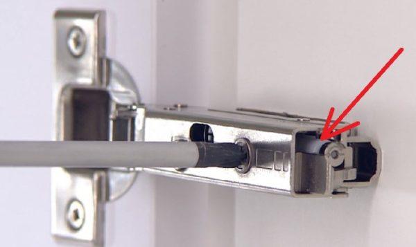 Пример петли, обеспечивающей дверце плавный ход (стрелкой отмечен доводчик)