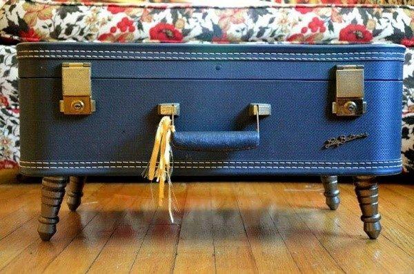 Старый чемодан в роли журнального столика