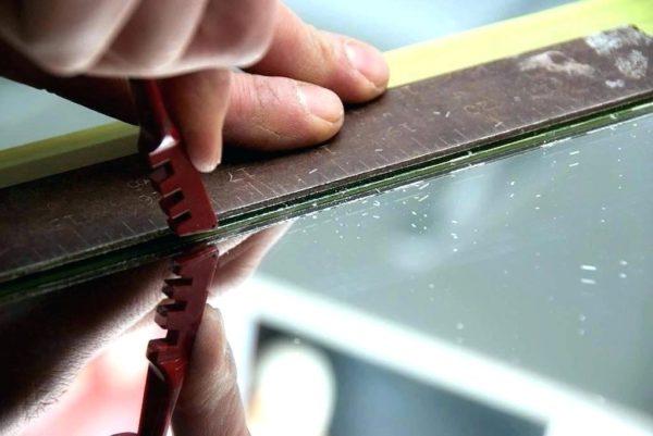 Разрезаем плиты и устанавливаем их в ячейки