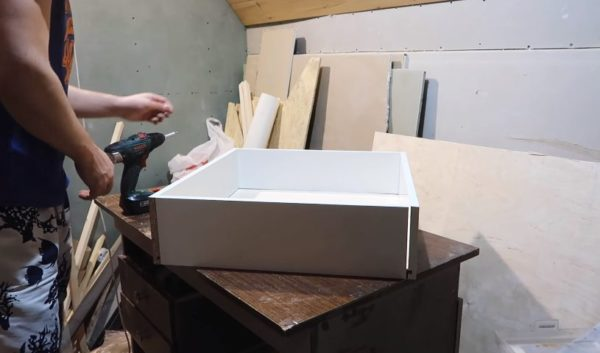 Установлена передняя стенка ящика