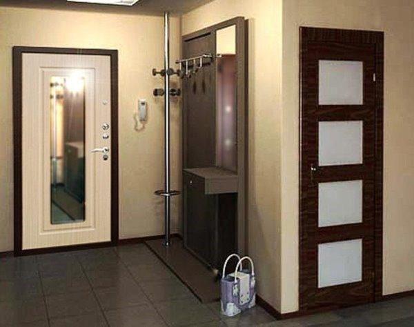 Нередко зеркало монтируют на входную дверь, чтобы осматривать себя перед выходом из дома