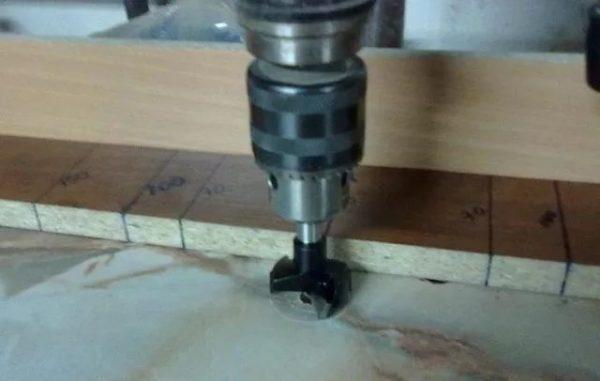 Работаем специальной торцевой фрезой, с помощью которой можно сделать круглые отверстия