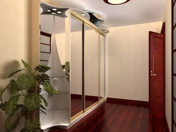 Зеркальный шкаф напротив входной двери