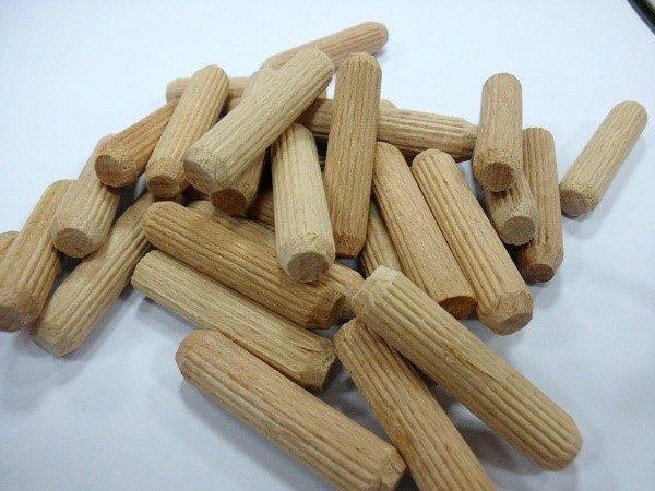 Соединяем сегменты шкафов деревянными дюбелями
