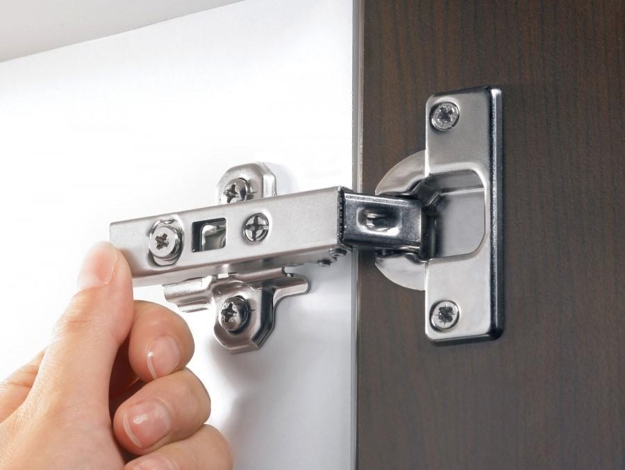Если дверцы со временем перекосило, нужно просто отрегулировать петли