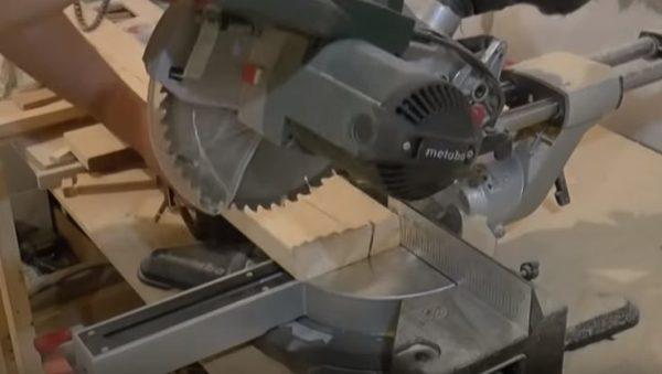 Обрезают торцы досок так, чтобы добиться идеально ровного среза