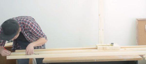 Раскладывают длинные бруски на столе и выполняют разметку точек крепления
