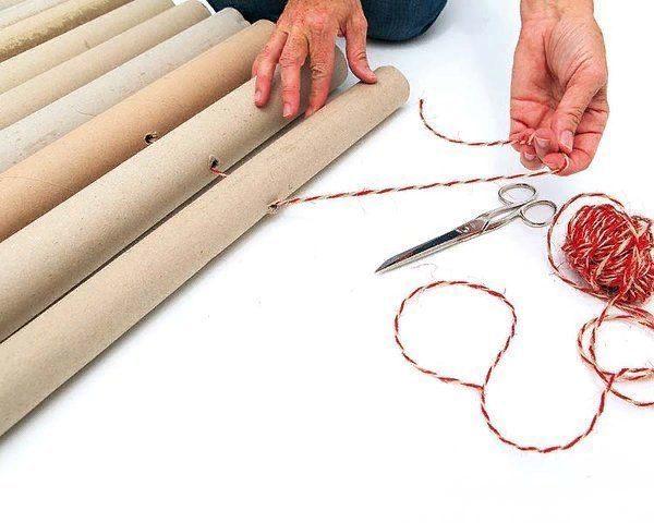 Сделайте отверстия в трубах, ориентируясь на толщину шнура
