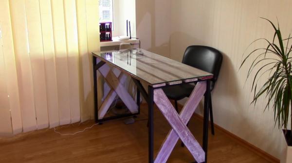 Самодельный столик в интерьере