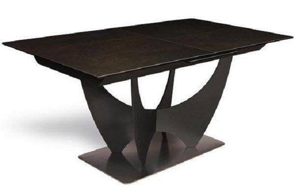 Обеденный стол с черными ножками