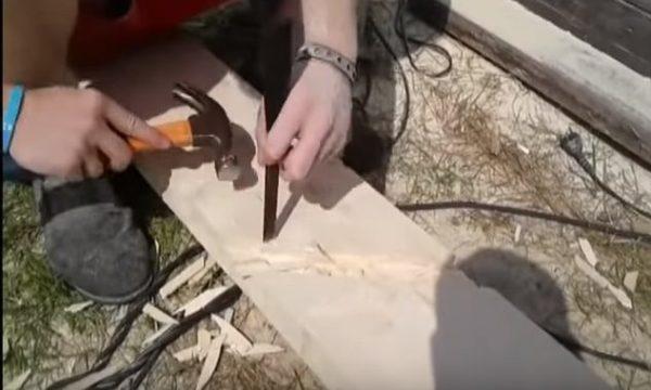 Дерево из пазов удобно выбирать с помощью молотка и стамески