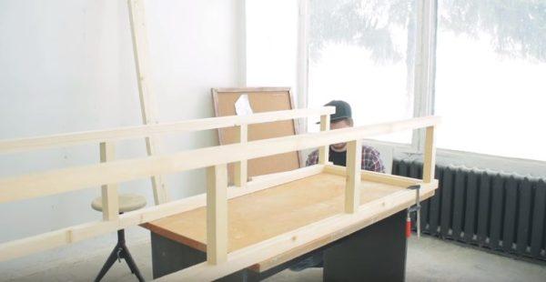 Боковины выставляют на столе, закрепляют струбцинами и вставляют крайнюю перемычку