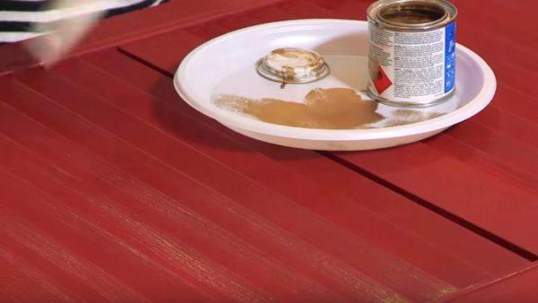 После высыхания краски наносят тонкий слой позолоты