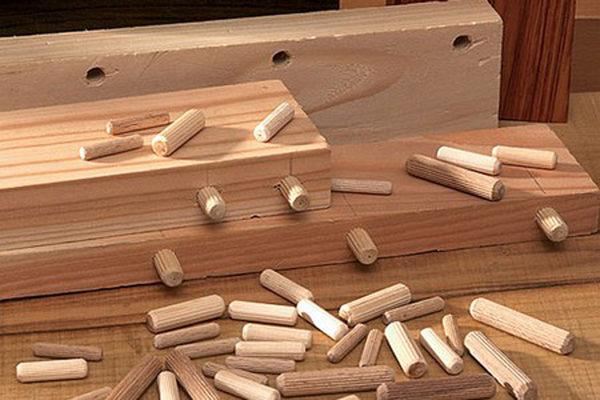 Для фиксации верхнего элемента конструкции можно использовать чопики