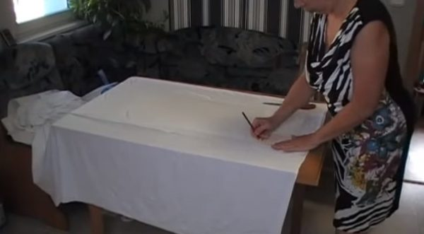 Выкройку обводят карандашом