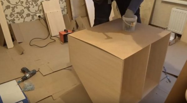 Обшивают ДВП стенки углового шкафа