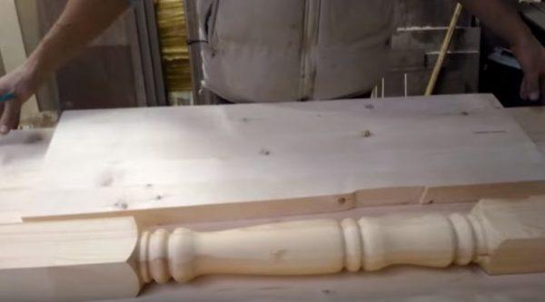 Материалом для барной стойки служит мебельный щит и деревянная балясина