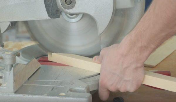 ТКонцы распорок обрезают под углом, согласно разметке