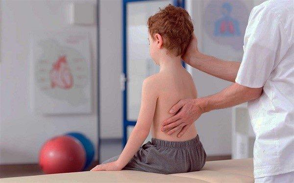 Мышечно-костный корсет ребенка еще слишком слаб, и ему нужна сторонняя помощь для правильно развития