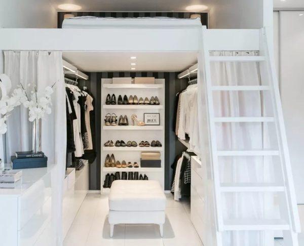 Пример организации гардеробной в свободной зоне под кроватью-чердаком
