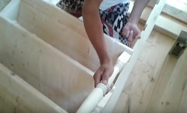 На каждую ступень крепят балясину