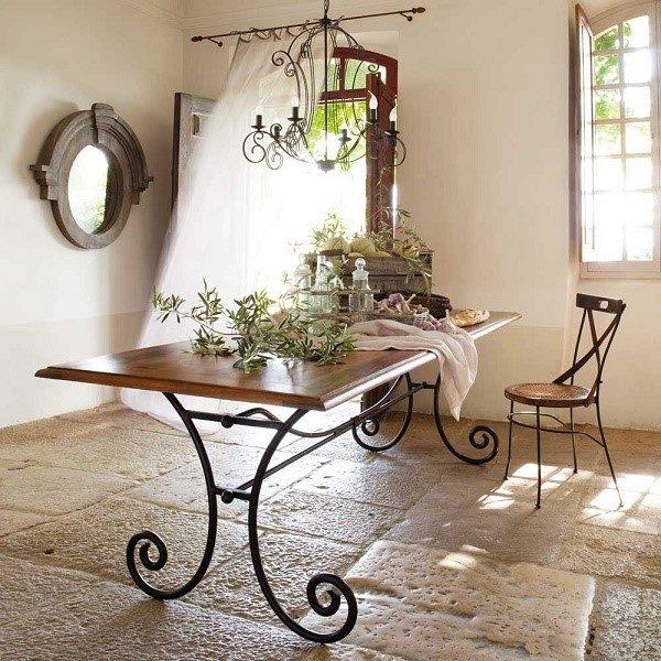 Стол с коваными ножками способен добавить комнате неповторимый шарм