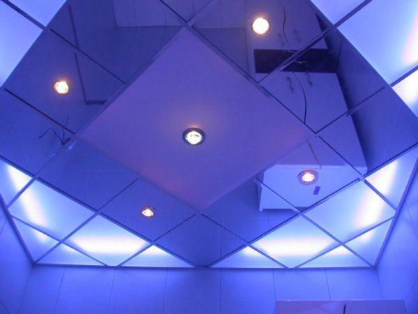 Зеркальная поверхность, скомбинированная с осветительными модулями