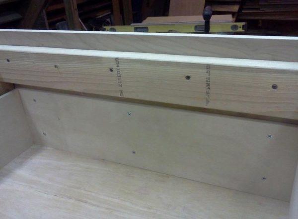 Благодаря наличию углублений в основе каркаса исключается возможность дальнейшего смещения этих панелей