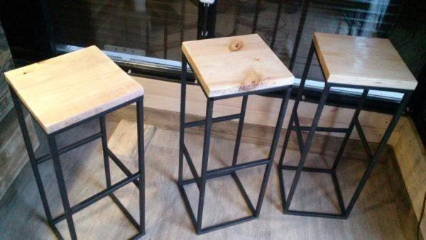 Чаще всего простые барные стулья делают из металла или дерева