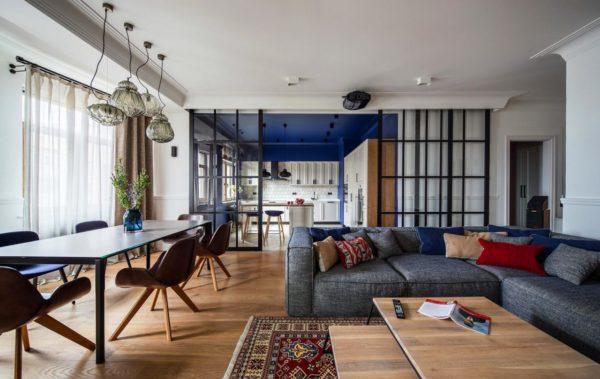 Частично открытая планировка является универсальным вариантом для больших квартир или даже домов