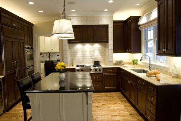 Часто встречаемый вариант дизайна — кухня в бело-коричневых тонах